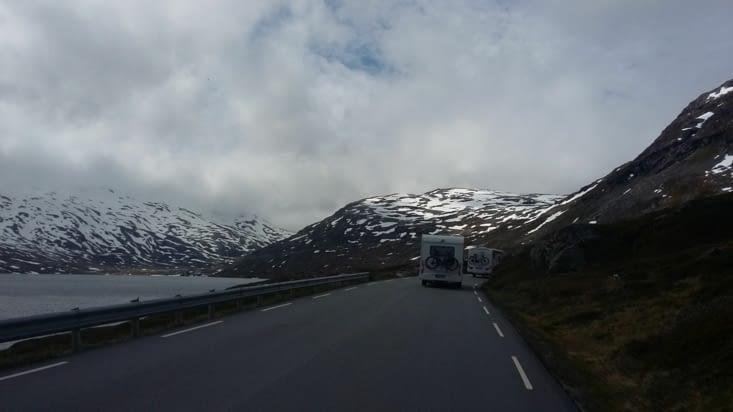 route splendide avec nombre de monstrueux camping cars...