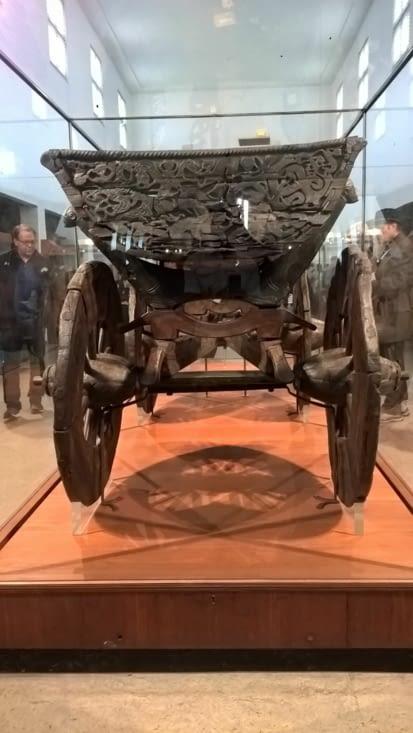 l'ancêtre du traîneau version viking, avec ces décors sculptés dans le bois d'une grande