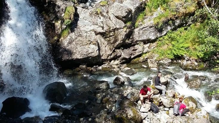 Nous choisirons de nous baigner dans le fjord plutôt que dans cette belle chute d'eau.