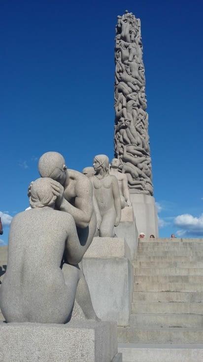 chacun peut y imaginer ce qu'il veut, ce sculpteur nous a laissé une dernière image d'Oslo