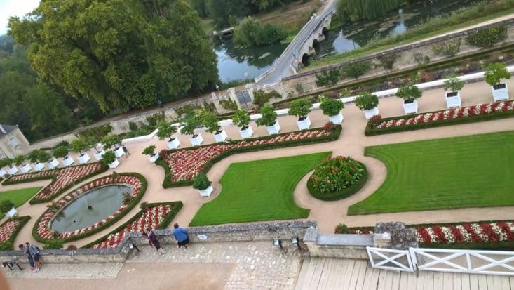 vu sur les jardins de messires les ducs et duchesses, vivant tjs au château