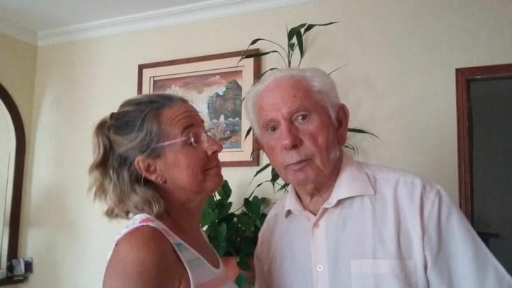 Heureux de retrouver notre oncle Michel qui écoute sa fille.