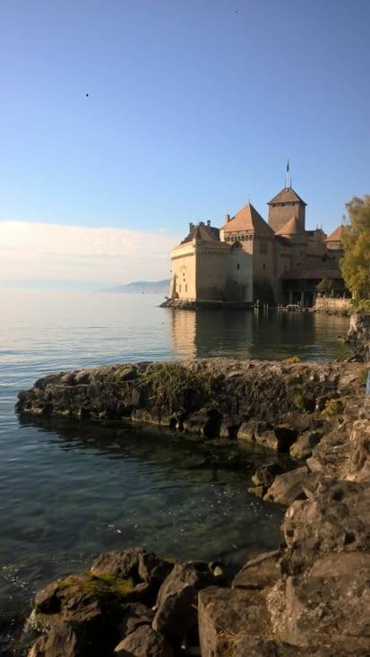 joli château médiéval sur le lac Léman
