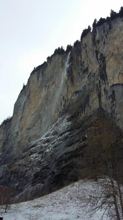 Grande cascade de Lauterbrunnen qui laisse s'échapper des gouttes d'eau se figeant en