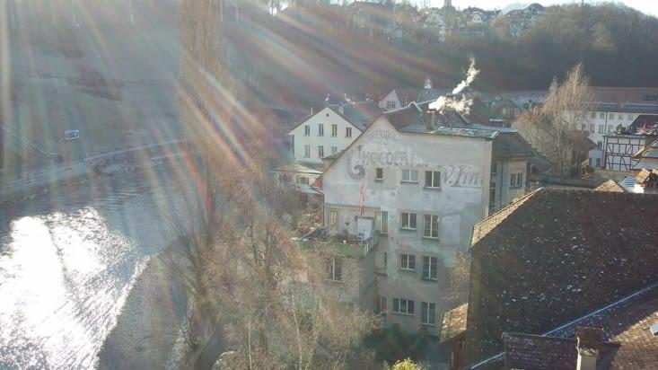 sur le pont, nous voyons la presqu'île de Bern