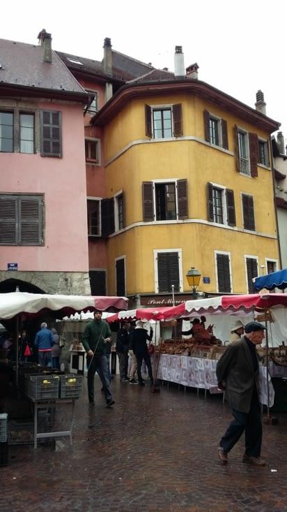 Petit marché : les prix sont aussi chers qu'en Suisse à croire qu'on ne l'a pas quittée