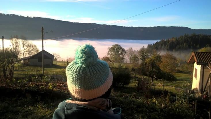la tête dans les nuages ma H admire le paysage embrumé.