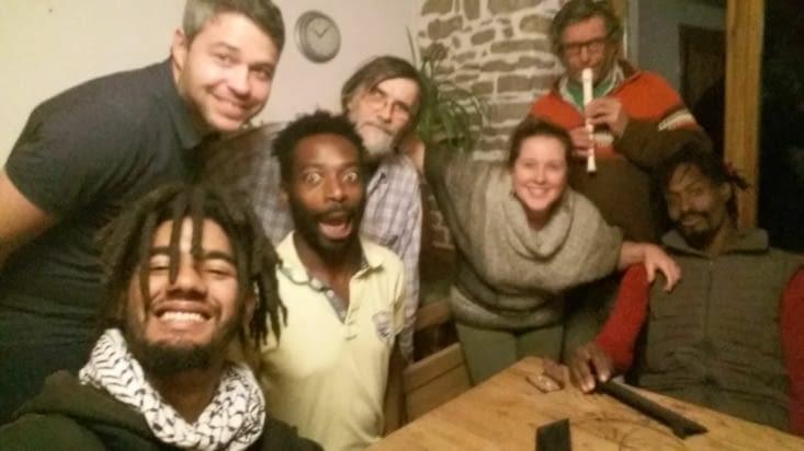 """Une joyeuse soirée jeux entre volontaires et résidents, avec notre """"chef pipeau"""" Jacques"""