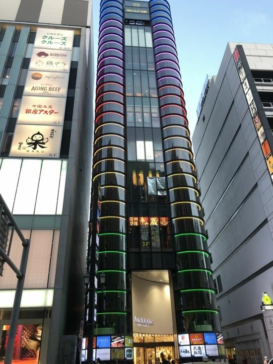 On finit par découvrir les rues illuminées de Shinjuku et de sa population fourmillante