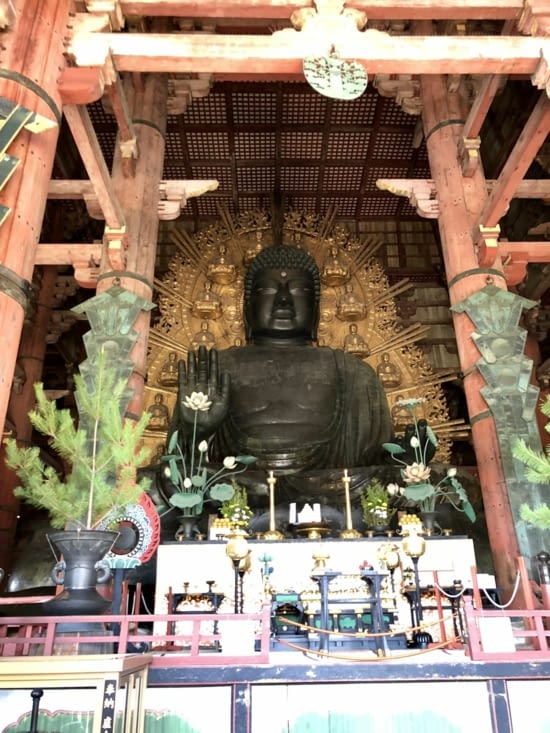Gigantesque statue de bouddha assis en bronze de 18 mètres de haut et pesant 250 Tonnes