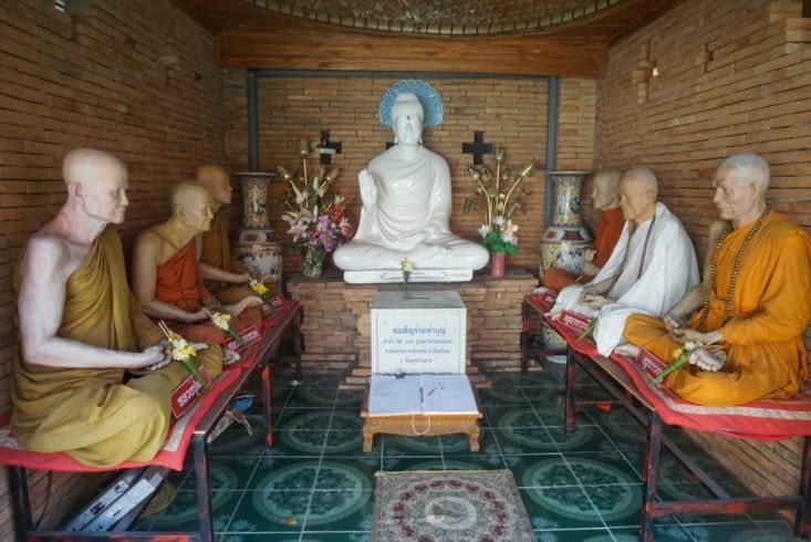 Statues de moines, un peu trop ressemblantes à notre goût !