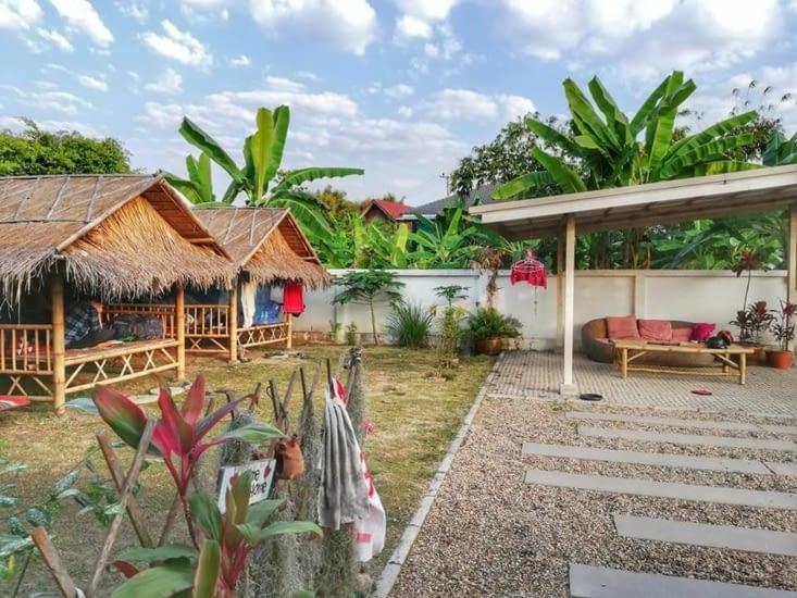 Dans les huttes en bambou, une tente