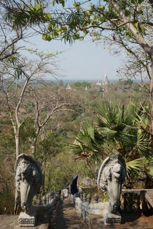 Vu de la colline des femmes. On aperçoit au loin le temple sur la colline des hommes