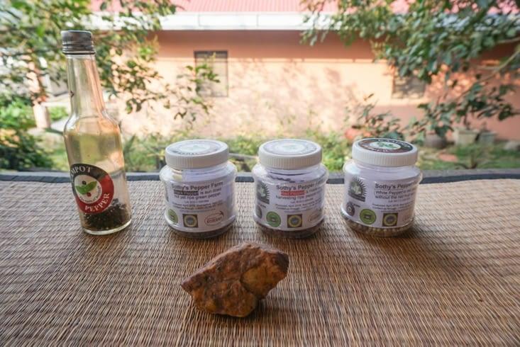 Les différents types de poivre, et un morceau de roche