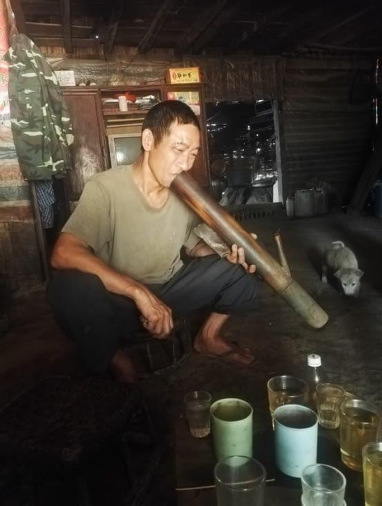 Homme fumant du tabac, mais vu ses yeux, homme fumant de l'opium régulièrement !
