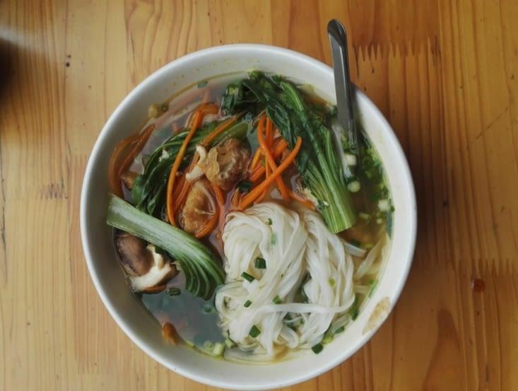 Soupe de nouilles et légumes