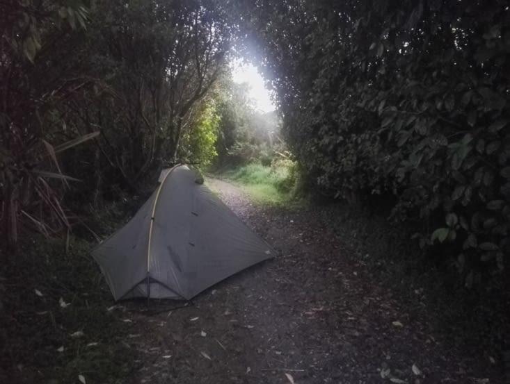 On a campé où on a pu, au milieu d'un chemin en périphérie de la ville!