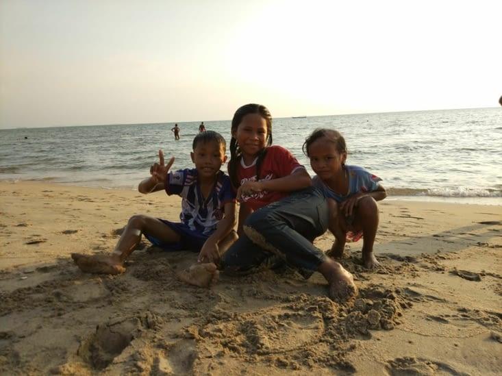 Baignade avec des enfants locaux  Kep