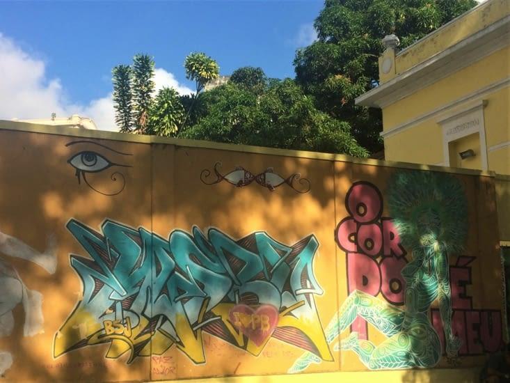 à déambuler le long des murs savamment graffés