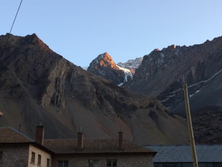 Un glacier devant le refuge au petit matin