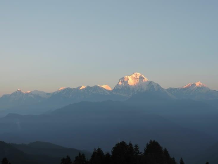 le soleil commence a éclairer les montagnes