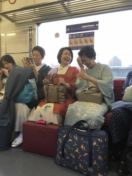 Japonaises en habits traditionnels dans le métro