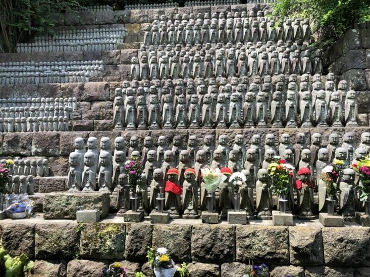 Statuettes de Jizo présentes sur tout le site