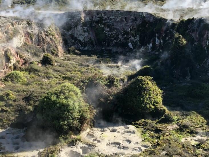 Cratère avec trous de boue