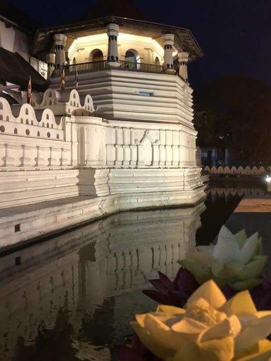 Le Temple avec au premier plan l'offrande