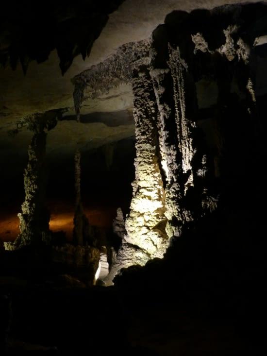 grande salle de la grotte les stallactites sont agées d'1 lillion d'années