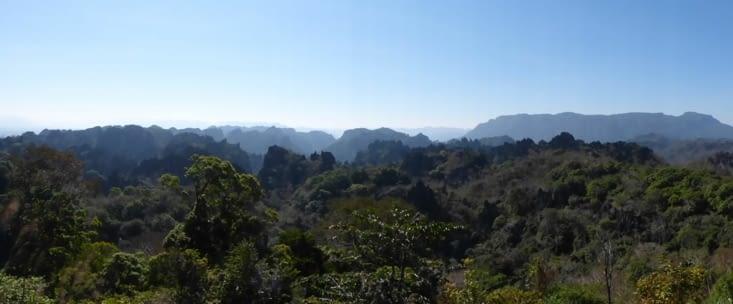 le massif karstique:de Khammouane: 80km:/50km repose sur un socle de granit , de schiste
