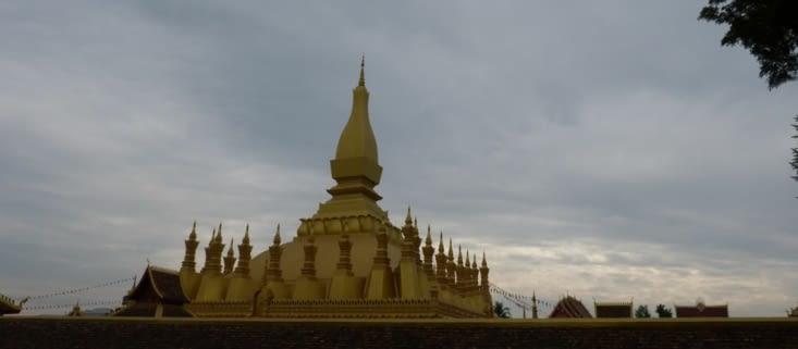 la pagode de  PhaThat luang ( le très saint stupa royal)  est le lieu le plus vénéré du