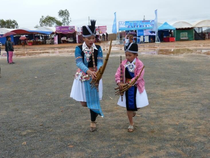 ces deux petites filles nous ont fait une démonstration de danse traditionnelle