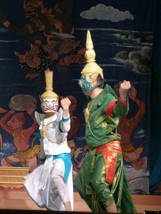 le prince demande l'aide d'Hanuman, le roi (blanc) des singes
