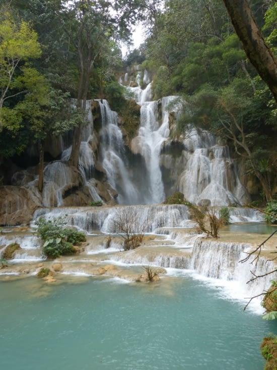 les cascades font 50 m de hauteur dans une forêt tropicale