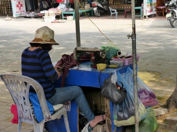 la couturère, dans la rue, de même que le coiffeur , le barbier le creur de chausures....