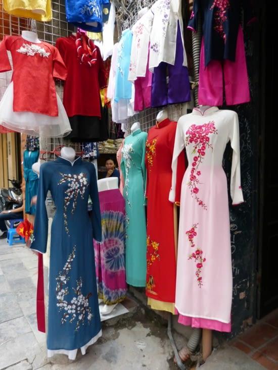 la rue de la soie. les vêtements peuvent être faits sur mesure dans la journée