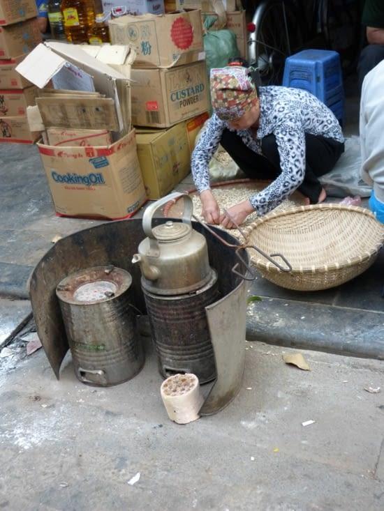 préparation du thé sur brasero. Cette méthode a tendance a disparaitre au bénéfice du gaz