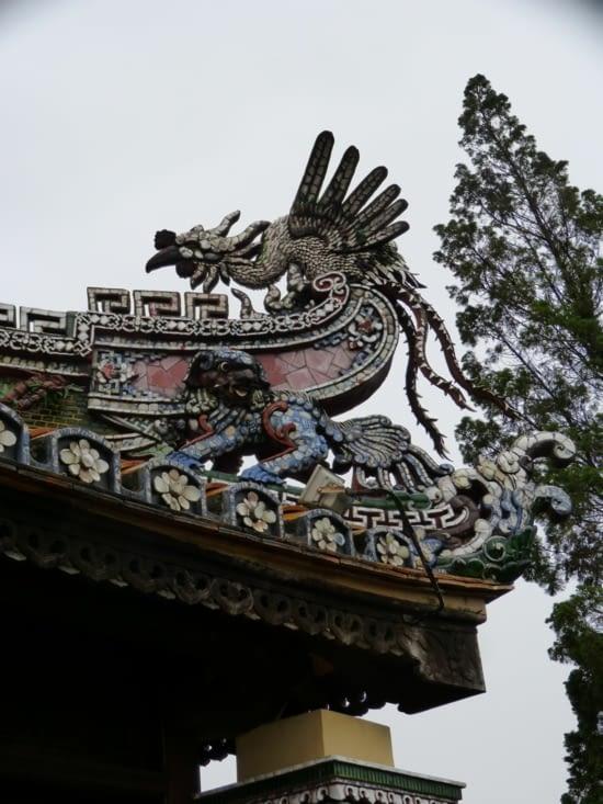 les toits des pavillons sont surmontés de dragons à l' effigie de l'empereur