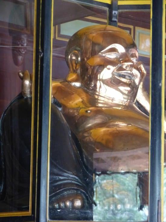 bouddha en cuivre. très chinois, très loin de l'esthète cambodgien