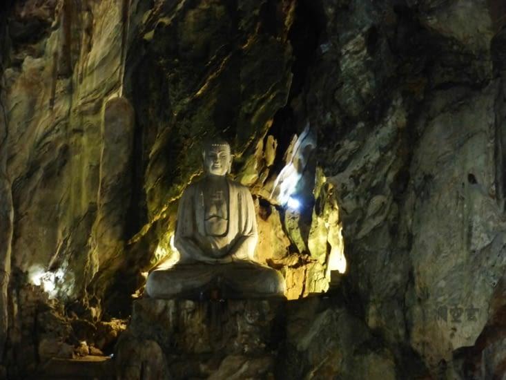 grotte de Huyen Khong, éclairée naturellemnt par 3 trous au plafond