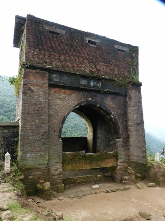 le col de Hai Van. Au 15ième , il,servait  de frontière naturelle entre le Vietnam et