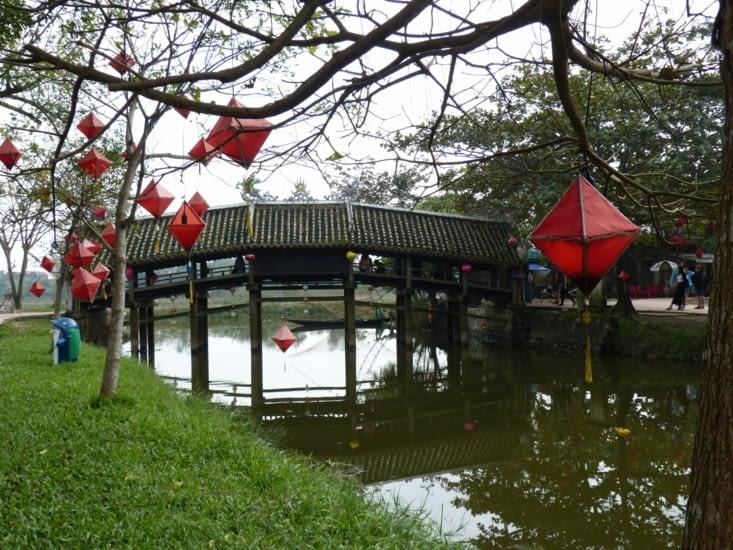 le  pont japonais construit ily a 200 ans. Un milieu est un autel où on offre