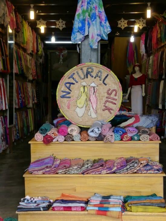 mais HoÏ An est surtout réputée pour sa soie et les tailleurs qui font des vêtements