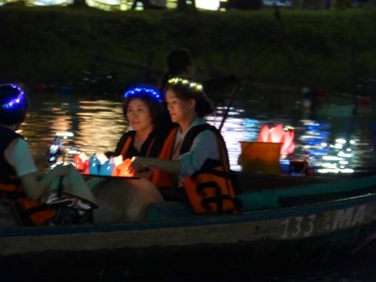 offrande : des petits lampions posés sur l'eau.ça rappelle cette tradition de la fête