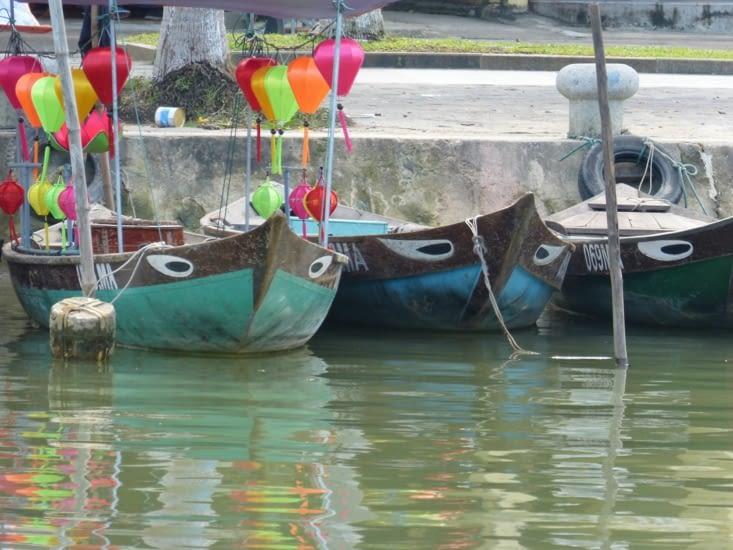 petits bateaux de Hoï An. Le soir les touristes font des balades sur la rivière