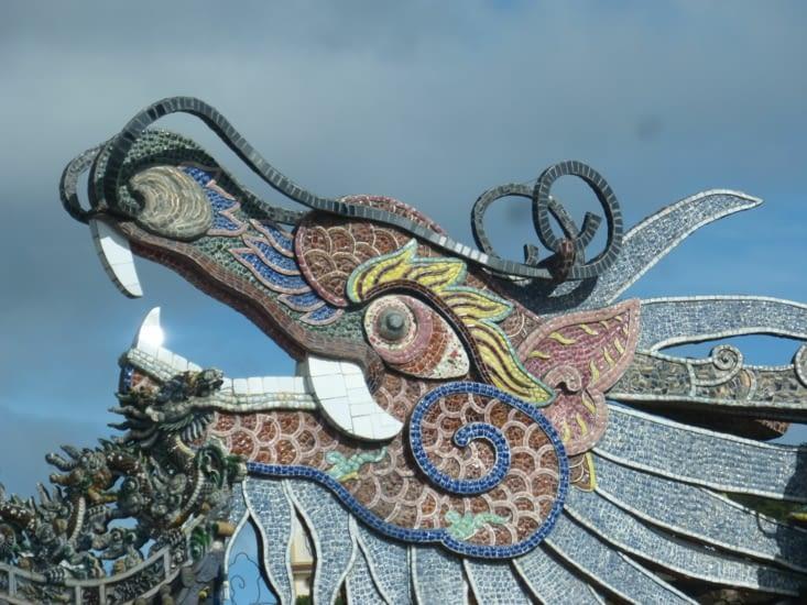 le dragon qui fait plusieurs m de long avec ses anneaux qui se déroulent