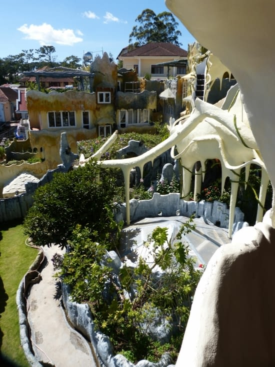 """une autre vue de cet endroit ."""" entre Gaudi (archtecte de la sagrada familia"""