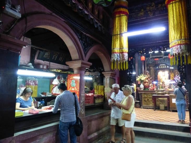dès l'entrée dans le santuaire, on achète des bâtons d'encens