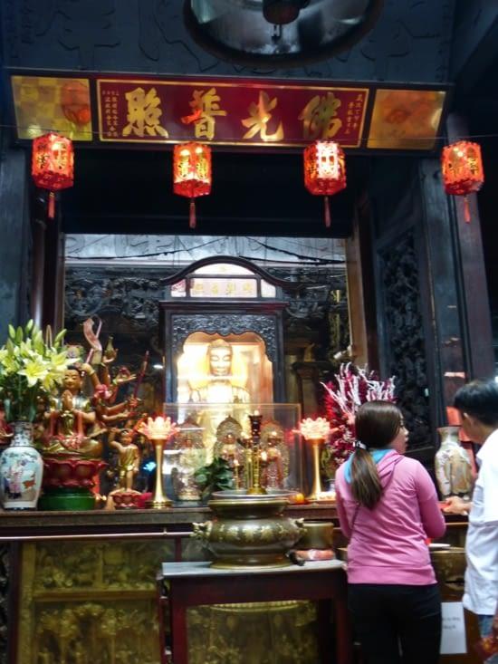 offrandes qui se déposent devant l'effigie du personnage que l'on vient prier